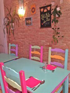 marseillefaitmaison-marseille-restaurant-association-cuisine maison-végétarien-bio-légumes bio-filière paysanne-cuisine participative-les ondines-plats végétariens-sain-salle-tables